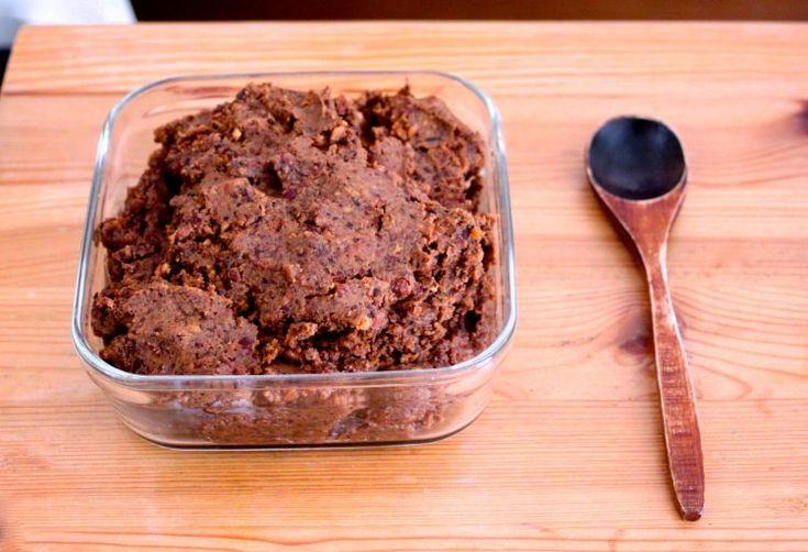 今回は、とっても優しい甘さの発酵スイーツ、「発酵あんこ」の作り方をお教えします。 「発酵あんこ」と私はネーミングしていますが、 実際は「小豆麹」や「小豆甘酒」というもので、 砂糖もみりんもデーツなどの果糖も代替甘味料も使わずに、米麹の発酵する力で小豆を甘くする方法です。 麹の酵素、乳酸菌、アミノ酸がたっぷり! 美肌に良い「コウジ酸」もたっぷり! おいしい発酵食品! 腸内環境に良いあんこです! 小豆さえ炊いてしまえな、あとの作り方は「甘酒」の作り方と同じ。 柔らかく炊いた小豆と、乾燥麹と、水を混ぜて、 炊飯器の保温モードで発酵させるだけで出来てしまうので、 普通にあんこを作るより簡単です! 砂糖を入れていないのに、半日後にはすごく甘くなっていますよ! 出来上がったらつぶあんのうように混ぜ込んでしまうので、麹の食感も全く気になりません。 和のスイーツに活用するだけでなく、 あんバタートーストを楽しむのが私のお気に入りです。 夏はそのまま型に流して凍らせば、酵素たっぷりのあずきバーに。 小豆は腎の薬。 体のめぐりを良くするサポニンとカリウムが解毒機能を高め、 むくみをとってくれます。…