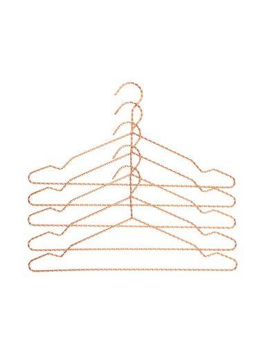 Hay Twisted-henkari tuo tyyliä jä järjestystä vaatekaappiisi. Tilaa omasi suosikkiväreissäsi stockmann.com-verkkokaupasta!