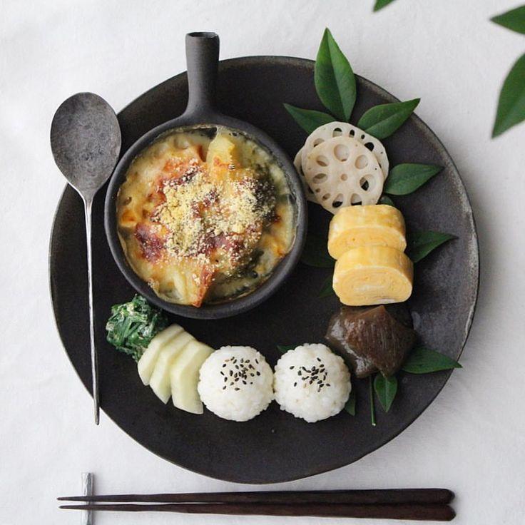 2017.01.19. Today's breakfast. . おはようございます。 . 昨日の晩ごはんのシチューの残りで ブロッコリーの味噌グラタン◎ . もりもり食べて、いってきます。 . ・黒胡麻おむすび ・こんにゃくの照り焼き ・出汁巻たまご ・蓮根の塩きんぴら ・ブロッコリーの味噌グラタン ・ニラの胡麻マヨ和え ・べったら漬け #おうちごはんはじめ