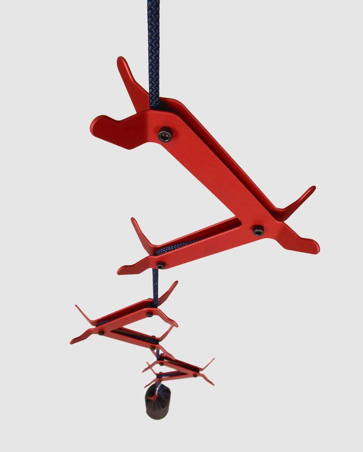 K2 – wieszak linowy – Studio 1:1 Wieszak K2 inspirowany górskimi wspinaczkami jest oryginalny w formie i funkcjonalny. Spaja sufit z podłogą, łamiąc przestrzeń. Ramiona wieszaka stworzone w oparciu o prawa kąta opisania i wzór Eulera umożliwiają swobodną regulację wysokości ich mocowania, przy zachowaniu właściwej stabilności.