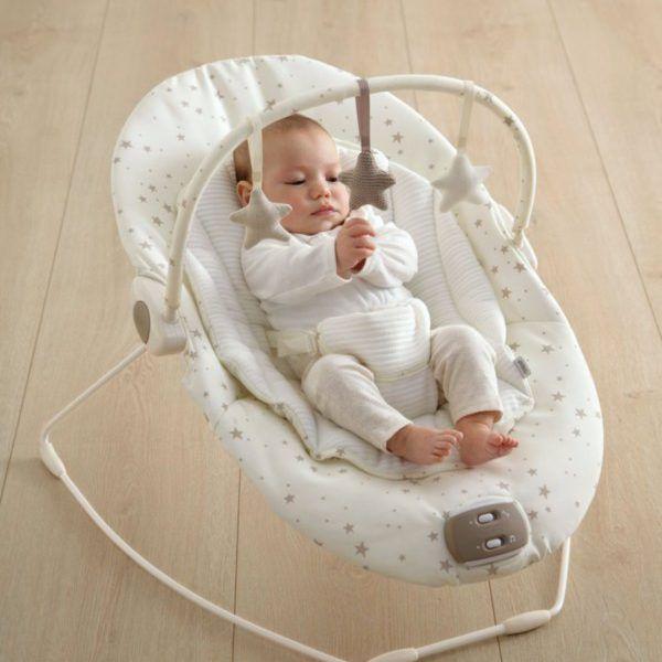 Mamas&Papas Capella Wish Upon a Star vauvan sitteri musiikilla ja värinällä rauhoittaa etenkin levotonta vauvaa.