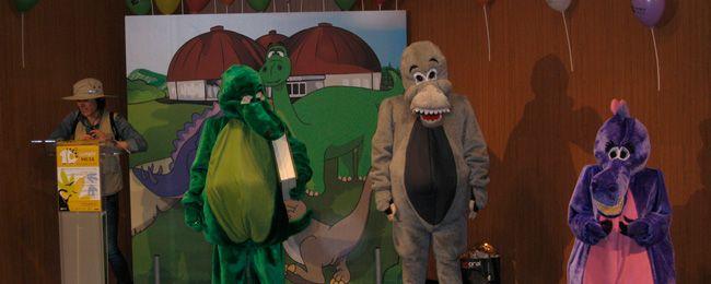 """Las mascotas del MUJA realizan visita guiada a la exposición  """"La Costa de los Dinosaurios""""."""
