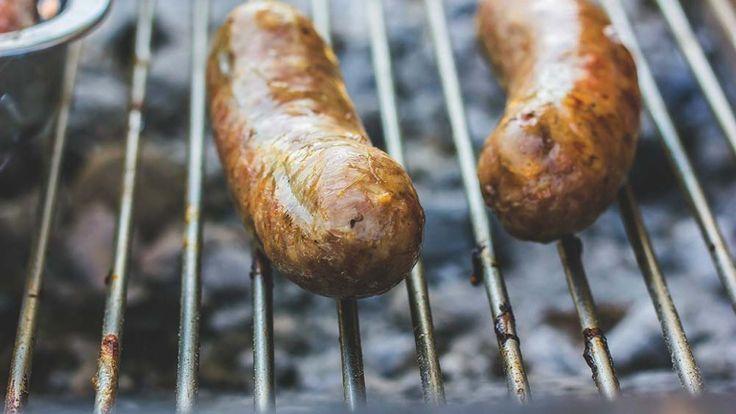 Foto gratis di carne alla griglia, barbecue estivo salsicce alla brace foto free