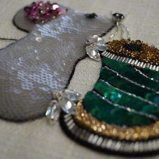 Еще одна вышитая мышка в нашу копилочку🐭  #valange #coutureembroidery #embroidery # #swarovski #palettes #mouse🐭 #love #lunevilleembroidery #luneville #люневильскийкрючок #люневильскаявышивка #вышивкаручнойработы #вышивка #fashion #мышь #пайетки #трунцал #стразы #кристаллы