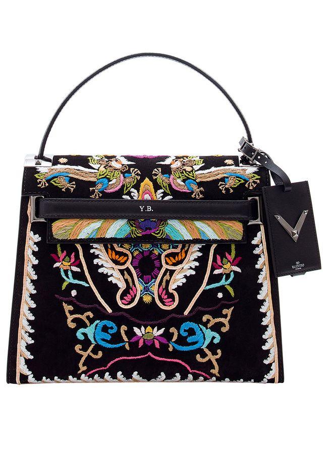 Un sac en cuir et velours habillé de symboles de l'Empire du Milieu et réalisé en collaboration avec Celia Birtwell, créatrice britannique du Swinging London et muse du défilé.
