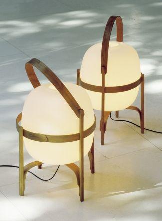 Lanterne magique réalisée à la main et composée d'une structure en bois de cerisier qui co [...]