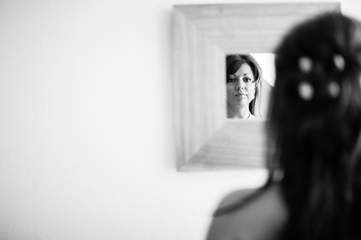 Bruid checkt in de spiegel haar make-up voor bruiloft, huwelijk Utrecht, trouwen #bruidsfotograaf #bruidsfotografie Dario Endara