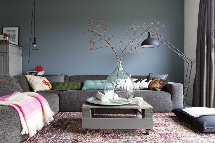 bank, muur, salontafel, groot zitkussen... allemaal mooi! En de lamp hebben we al :-)