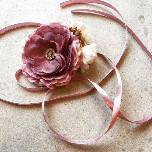 """Flora"" Gammelrosa satin hårbånd med blomster"