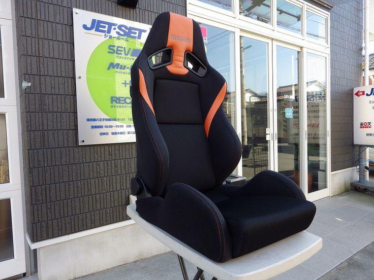 鋼板モノコック、ゴムバネ+ウレタンクッションの 伝統的座面構造を、モダンな印象でくるんだ デザインコンシャスなシートの印象です。