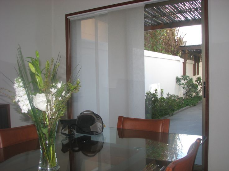Casa sector centro de Chillán, se instalaron cortinas #luxaflex para el comedor principal con vista y salida al patio trasero
