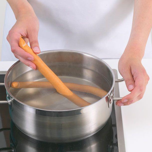 """Der Begriff """"sieden"""" wird oft synonym zu """"kochen"""" verwendet. Genauer bedeutet das Garen um den Siedepunkt aber, dass Wasser noch nicht sprudelnd kocht."""