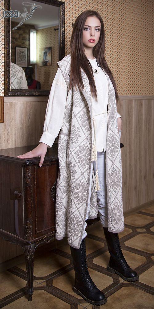 Длинный жилет прямого силуэта из сжатого льна с накладными карманами.  Декорирован   темной окантовкой.  Ткань: лен фукра 100%, пр-во Беларусь