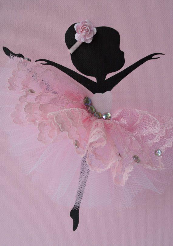 Sticker chambre denfant rose et blanc.  Ensemble de trois toiles à la main avec des ballerines dansant en tutus roses et coeur strass rose sur un fond de dentelle. Chaque toile est de 8 « X 10 ». Le fond et les ballerines sont peints à lacrylique.  Danseurs sont décorées avec des robes en tulle et dentelle, rubans de soie et de strass.  Idée cadeau pour shower de bébé ou nimporte quel amateur de ballerine.  Commandes personnalisées sont toujours les bienvenus.