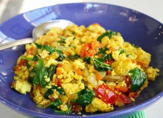 Омлет  из тофу.Тофу размять вилкой, добавить зеленый лук, петрушка, укроп, специи. Обжарить на сковороде как скрамбл.