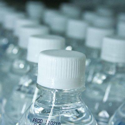 Яке точне значення рН дистильованої води? залежить від температури! Чиста вода має рН близько 7 при кімнатній температурі, але це значення зменшується з ростом температури. При 50 ° С, становить лише 6,55. Варто також відзначити, що вода в поєднанні з повітрям стає додатково злегка кисловатою через абсорбції діоксиду вуглецю.