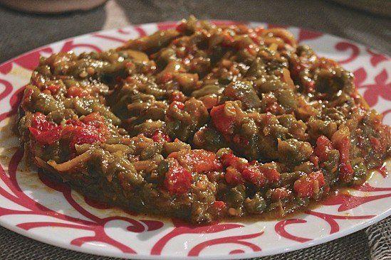 Voilà l'une des entrées les plus populaire en Algérie, appelée felfla, hmiss, slata mechouia. Sa préparation peut aussi changer unpeu: en ajoutant l'oigno