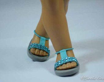 Artículos similares a American Girl 18 pulgadas muñeca chanclas zapatos sandalias de cuero del Faux de la plata y cinta de lino-como blanca con detalles en plata con correa de tobillo en Etsy