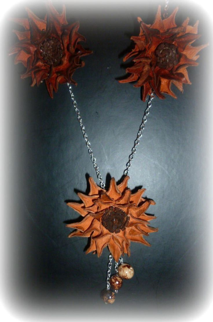 Colgante flor de cuero.               12€