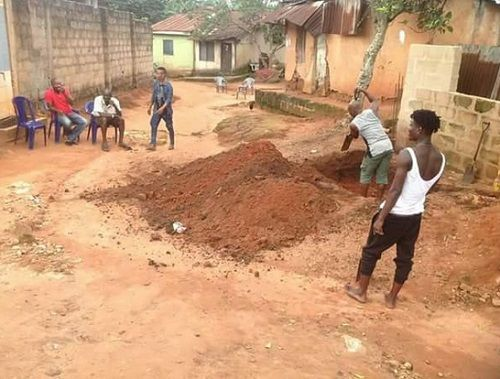 Nigerian Man 'Fights' His Late Father in the Grave for Including His Female Children in His Will http://ift.tt/2fMgdHy