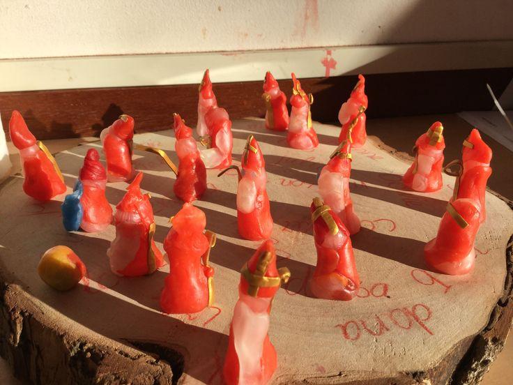 Sinterklaas door kleuters geboetseerd van bijenwas.