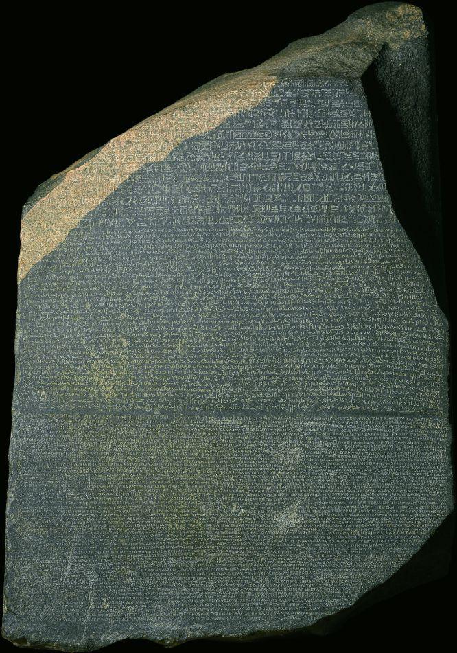 Foto de la piedra de Rosetta original, así puede compararse con el facsímil que hace www.ateneacoleccion.com