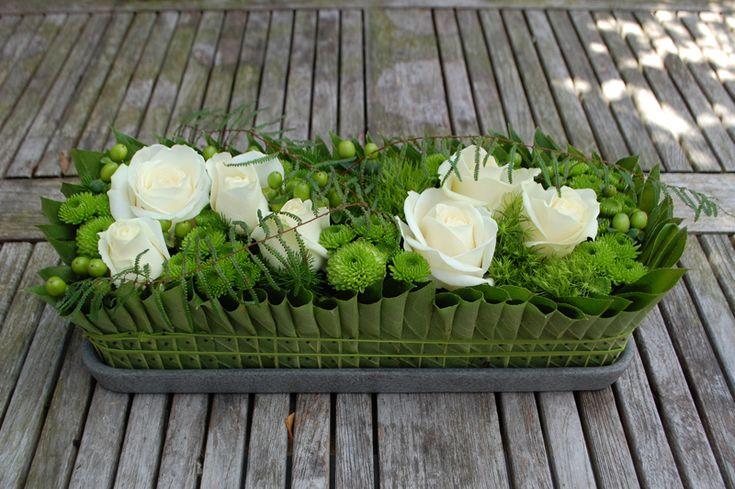 Lang bloemstuk witte roosjes, geplooide bladjes.jpg