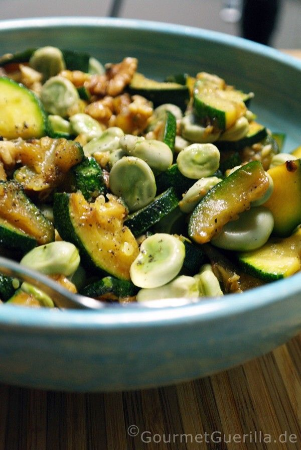 Salat von dicken Bohnen und Zucchini