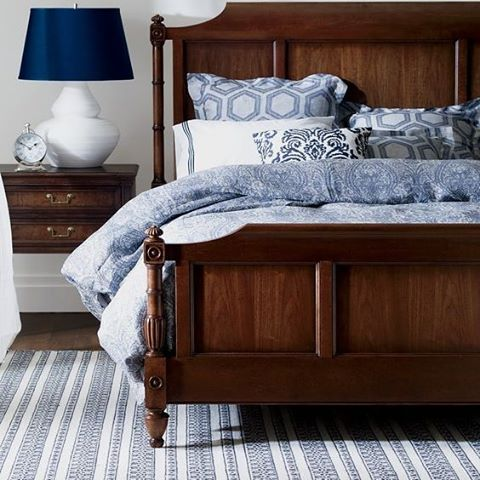 Fin färgkombination i sovrummet, blått och mahogny. #sovrum #bedroom #kolonial #colonial #homeinterior #worldofinteriors #interiordesign #svenskahem #nordiskahem #bed #vitt #white #blå #blue #mahogny