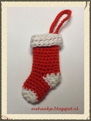 Deze kerstsok is ca. 7 cm hoog. Geschikt voor in de kerstboom, ook leuk op een pakje of als sleutelhanger. Gebruik 2 kleuren garen (rood en wit) en een passende haaknaald. Ik gebruik hier haakkatoen m