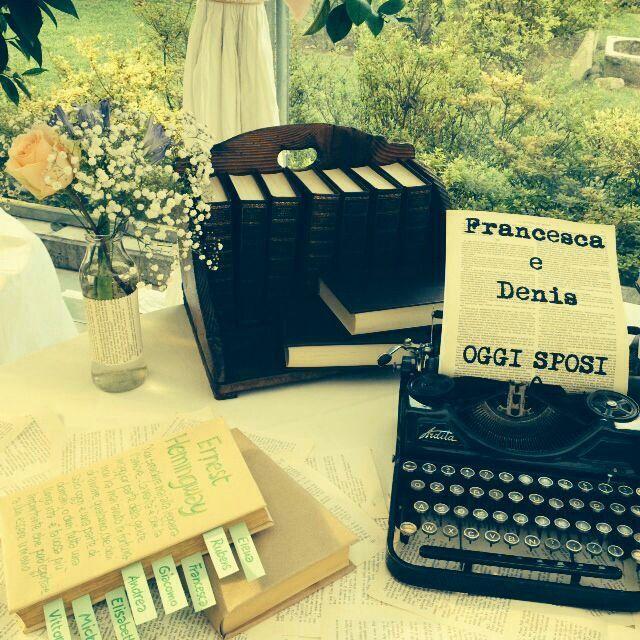 Typewriter #romance #wedding #oldbooks #paper #diy #typewriter #baroneeventi #decoration #tableaumariage