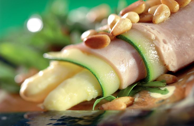 Aspergeroullade met Vlaamse ovengebakken ham, komkommer en notendressing
