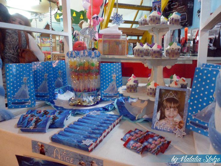Candybar presentado en la mesa del salón de fiestas, junto a algunos elementos extra obsequiados por el salón.