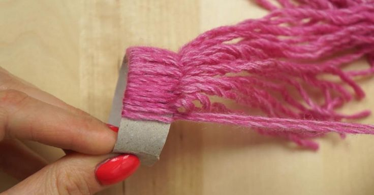 Elle fait des noeuds de laine sur un rouleau de papier, le résultat est…