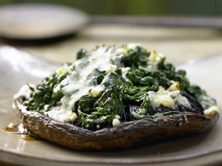 Gefüllte Portobello-Pilze mit Spinat und Marsala | Kalorien: 192 Kcal - Zeit: 30 Min. | http://eatsmarter.de/rezepte/gefuellte-portobello-pilze