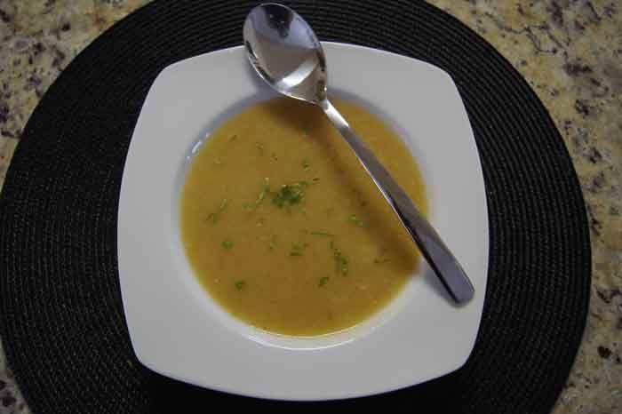 Sopa detox muito fácil defazer e muito saborosa, pode batê-la (deixando cremosa ) ou picar os ingredientes bem pequenos e deixá-la assim, para mastigar. consumir a sopa durante dois dias apenas no jantar perde 1kg.  2 inhames descascados, 1 cenoura, 1 tomate, 1 abobrinha e 1 chavena de couve picada. Coloque os ingredientes, na panela e acrescente um litro e meio de agua, deixe cozinhar.Faça um refogado com alho e cebola em 1 fio de azeite acrescente-o à sopa batida . 1 colher de chá de sal.