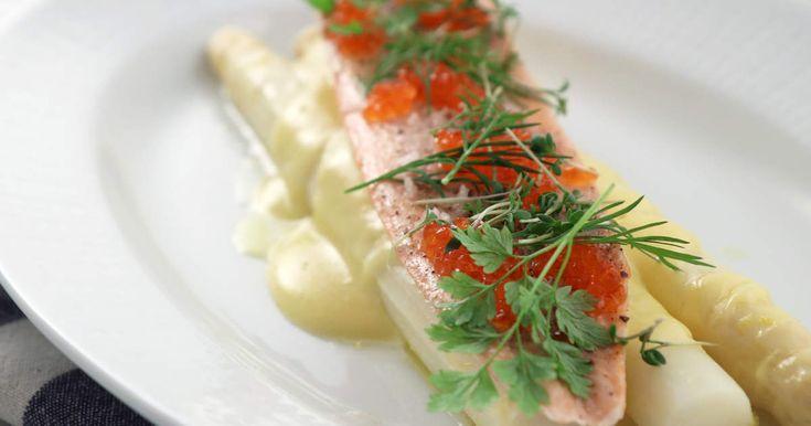 Lyxig middag med ugnsbakad röding, kokt vit sparris och hemslagen hollandaise. Recept signerat stjärnkocken Tom Sjöstedt!