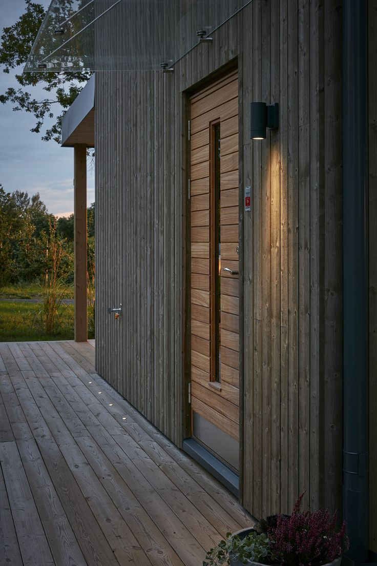 Ytterdörr med massiv panel i teak från Bovalls Dörrbyggeri