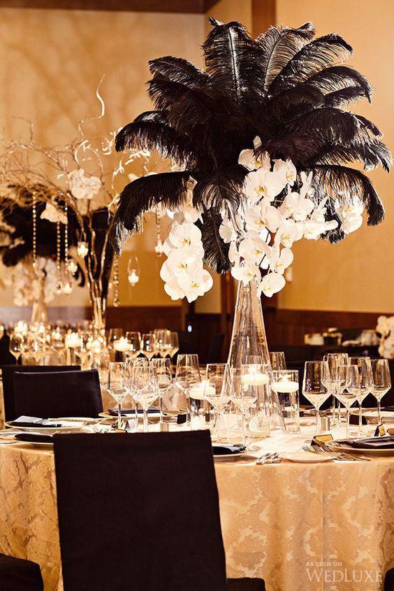 La mantelería en dorado y los centros de mesa vintage con plumas y orquídeas le otorgan un look de lujo total a esta boda en negro y dorado.
