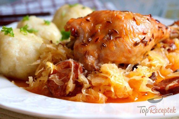 Csirkecombok kolbászos savanyú káposztán