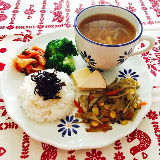 2016/11/20 22:01:31 yuzunico 今日のこだわりはスープ‼️ 玉葱の皮を煮出してから、玉葱、生姜、キヌア、コーン、切干大根、そして八海山の酒粕を思いっきり投入。身体の芯からポカポカになります。きんぴらごぼうには鰹節も入れてカルシウム増強しました✨✨✨ #おうちごはん  #ワンプレート  #料理楽しい  #yumyum  #foodporn  #foodstagram  #food  #foodie  #手作り #cooking  #diet  #healthy  #healthyfood  #酒粕入り  #発酵食品  #キヌア  #健康  #美味しく食べて綺麗に痩せる  #ときめきダイエット  #yummy  #健康