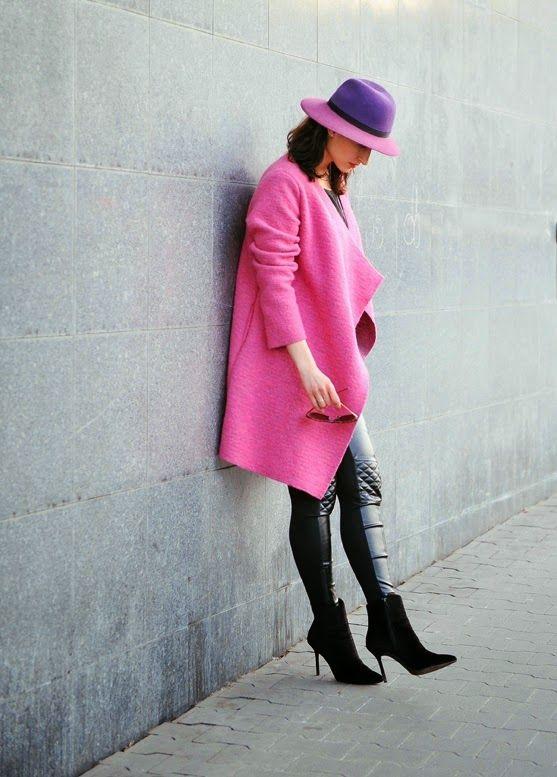 streetstyle, moda damska, kobiety, jak nosic, amarantowy plaszcz na wiosne, skorzane spodnie, amarant wool asymetircal coat, amarant hat, leather leggins, streetstyle, pop up colour, novamoda.pl