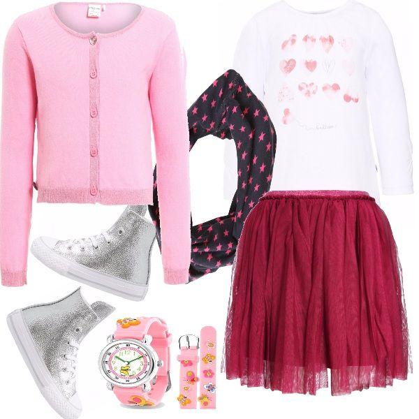 Gonna di tulle bordeaux, maglia bianca romantica, golfino rosa e sciarpa blu con stelline rosa, converse argento. Una piccola principessa, che vuole far sentire e vedere la sua presenza chic.