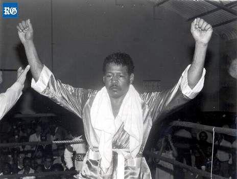 LES BERMUDES Les Bermudes sont devenues le pays le moins peuplé pour gagner une médaille aux Jeux olympiques. Ils avaient 53 000 habitants. Clarence Hill a remporté la médaille pour la boxe. Il est extraordinaire qu'il a gagné.