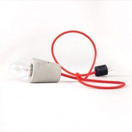 Leuchtenkabel mit Betonfassung und Schuko-Stecker. Eine Form, die aufs Minimum reduziert ist.Jede einzelne Fassung wird von Hand gegossen und nach dem Aushärten bewusst roh belassen. So behält der Beton seine Natürlichkeit. Das Ergebnis: eine Leuchte, die trotz ihrer puristischen Form nicht kalt, sondern wunderbar sinnlich wirkt.Länge des Kabels: 1,50mLeuchtmittel nicht enthalten