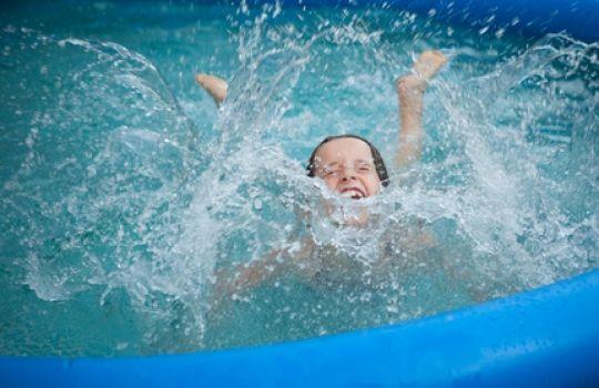Planschen ist toll, aber wie lange ?  HIER LESEN: http://www.mamiweb.de/familie/planschen-ist-toll--aber-wie-lange/1  #planschen #baden #schwimmen #kinder #kind #kleinkind #plantschen #schwimmen #badespass #kinderhaut #babyhaut #spass #erkältungen #erklätung #unterkühlung #unterkühlen