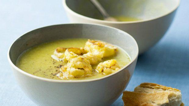 Pokud máte rádi zeleninové polévky, je tento recept pro vás jako dělaný. Jemný pórkový krém s hráškem můžete ozvláštnit špetkou šafránu.