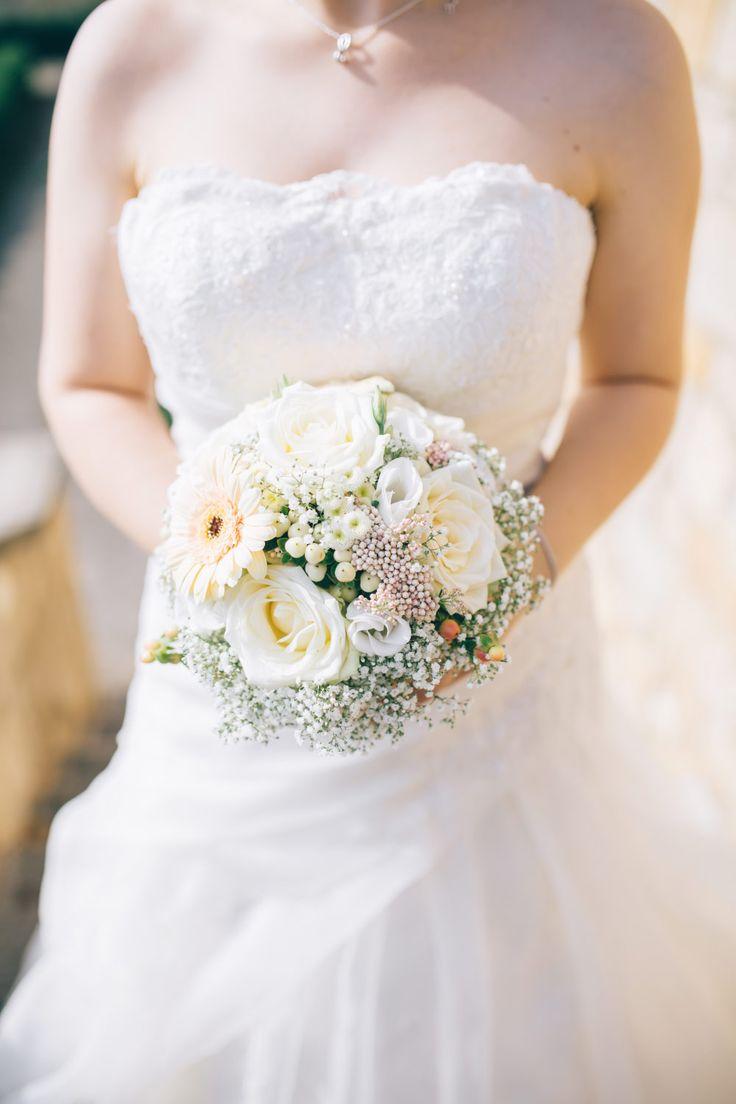Ein hübscher Heller Brautstrauß fast ganz in weiß.  Foto: Franka & Thomas Photographie