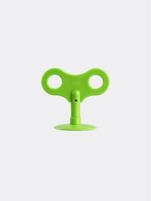 Wikey Magnum Design - Green. Waar plakt u hem op ? De vrolijke Wikey is verkrijgbaar in 7 verschillende kleuren. De Wikey is te combineren met andere kleuren. Gebruik de Wikey bijvoorbeeld als telefoonstandaard, kabel binder of sleutelhanger.