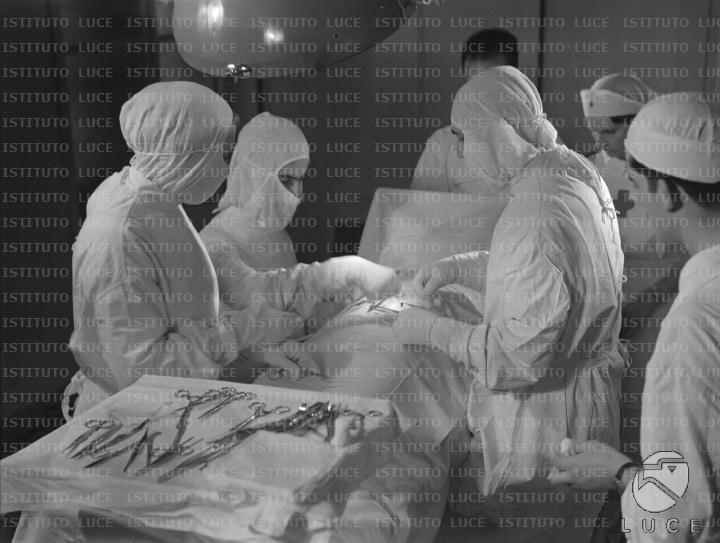 Chirurghi e paramedici del Corpo di Sanità Militare durante un intervento chirurgico  RG/RG099/RG00003671.JPG